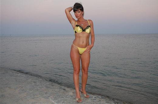 schlankes cam luder im bikini am strand