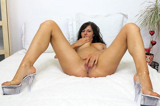 sexluder spreizt die beine und zeigt ihre rasierte muschi vor der cam